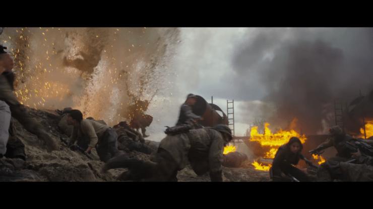 De eerste belangrijke shot zet meteen de toon voor de film al. Het lijkt in dit soort scenes een donkerdere film te worden dan we gewend zijn van Star Wars. Herkenbaar in dit shot zijn Diego Luna (Andor), Felicity Jones (Jyn), en Alan Tudyk (K-2SO) in zijn mocap suit.