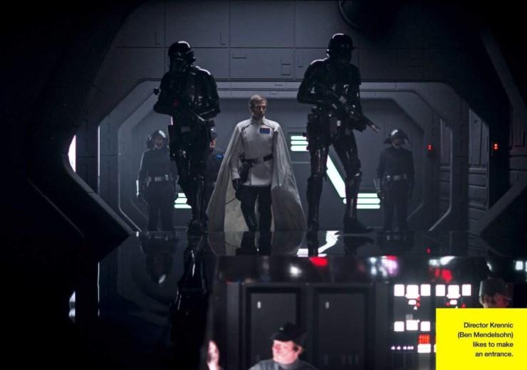 Director Krennic (Ben Mendelsohn) loopt hier de brug van een Star Destroyer op. Deze foto doet meteen aan de oude films denken..