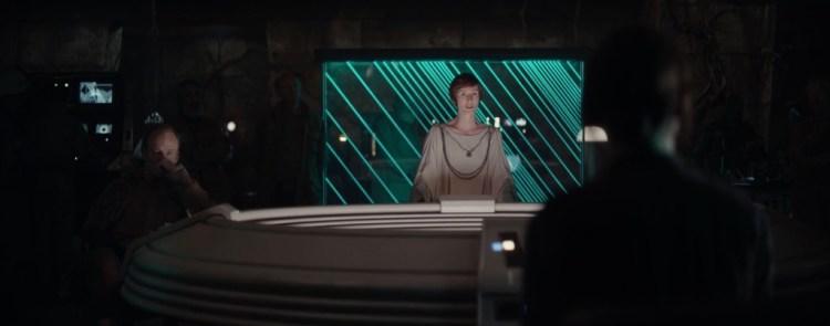 Jyn wordt weer de war room in de tempel op Yavin IV in gebracht en ontdaan van haar boeien. Waarna Mon Mothma haar de details van haar missie voorlegt.