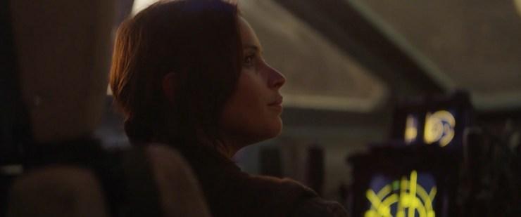 In de cockpit delen Jyn en Cassian nog een moment van overeenstemming. Waarna we van Cassian horen dat hij al tijden mensen rekruteert voor de Rebel Alliance.