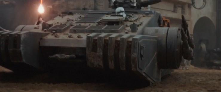 Hier krijgen we de tank die door de straten van de stad op Jedha rijdt van een andere hoek te zien.