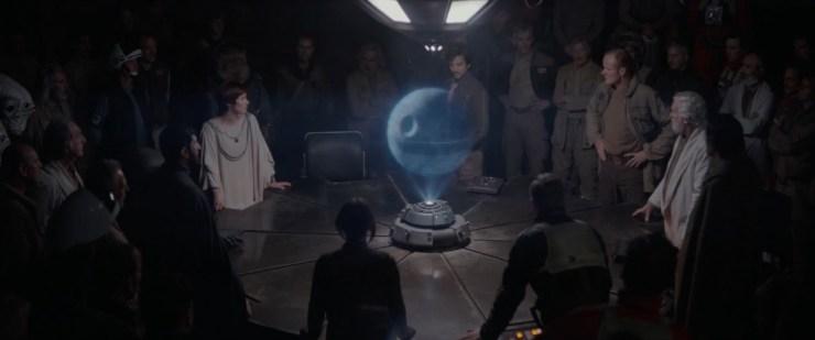 Vervolgens zien we Mon Mothma met een grote groep Rebel Alliance leden om een tafel staan. Een hologram van de Death Star in hun midden.