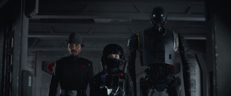in het volgende shot zien we Jyn, Cassian en K-2 een Imperial basis infiltreren. K-2 en Jyn komen aardig overtuigend over. Cassian had zich eerst even mogen scheren, bij hem is het natuurlijk in no time duidelijk dat hij hier niet thuis hoort.