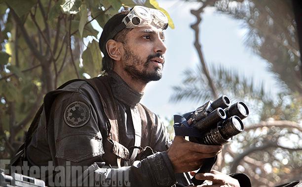 Hier zien we Bodhi Rook, een piloot op zijn thuisplaneet Jedha die de Empire verruilt voor de Rebel Alliance. Hij is een van de karakters die flink is uitgediept dmv de veelbesproken reshoots.