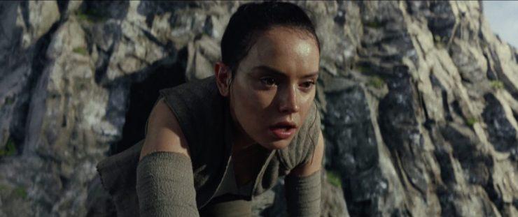 We openen de trailer met een shot van Rey die, op Ahch-To, buiten adem op haar knieën valt. Achter haar zien we een grot in de rotsen. Heeft Rey hier een zelfde soort ervaring ondergaan als Luke in de grot op Dagobah? Of heeft ze alleen een uitputtende activiteit achter de rug? Hoe dan ook draagt ze dezelfde kleding als ze aan het einde van The Force Awakens draagt, dus dit zal wel niet lang na haar aankomst op Ahch-To gebeuren.