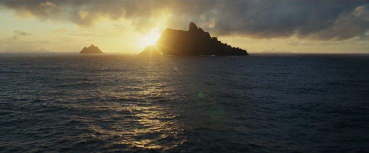 Vervolgens krijgen we een prachtig shot van de zon die achter een van de eilanden op Ahch-To verdwijnt.