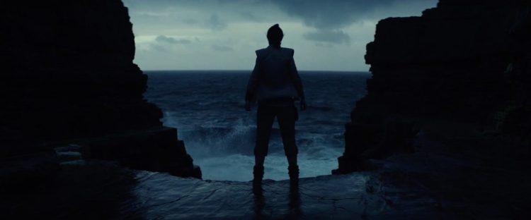 We horen Luke Rey instrueren om rustig adem te halen. Gedurende deze instructies zien we nog wat rustige beelden van Ahch-To en vervolgens zien we Rey geconcentreerd voor het onstuimige water staan.