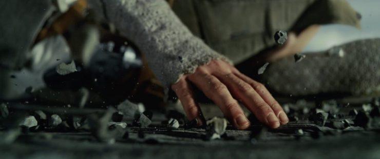 Hier zien we Rey in kleermakerszit op de grond zitten terwijl ze met de Force een grote hoeveelheid steentjes laat zweven. Of ze dit bewust of onbewust doet is nog afwachten. Het ziet er echter veelbelovend uit voor onze jonge heldin.