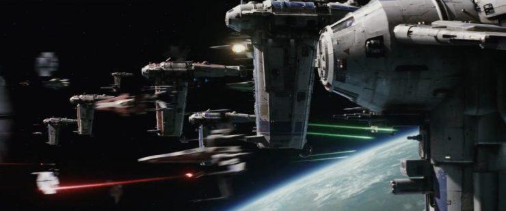 En Star Wars is natuurlijk niet Star Wars zonder ruimtegevechten, en die gaan we ook hier natuurlijk weer zien. In dit shot zien ween een groep Starhawks richting First Order schepen vliegen terwijl toesnellende X-Wings de aankomende TIE Fighters neerhalen.