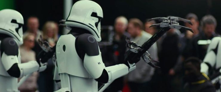Hier zien we twee nieuwe First Order Stormtroopers. Tot dusver lijken deze Executioner Stormtroopers te heten. Hun outfits zijn hetzelfde als dat van gewone Stormtroopers, met het verschil dat de schouders zwart zijn en ze een zwarte streep over hun hel hebben. Het wapen dat ze vast hebben is een soort elektrische bijl.