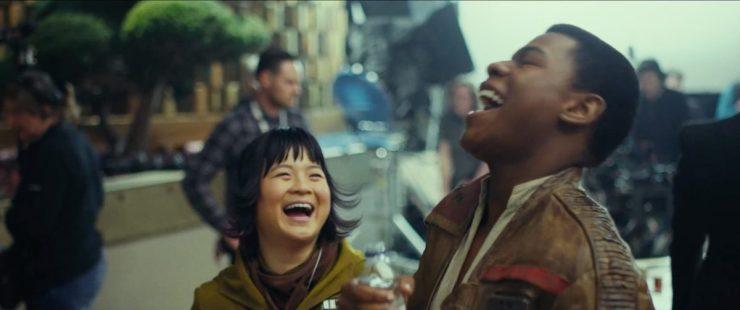 Kelly Marie Tran en John Boyega lijken het goed naar hun zin te hebben op de set.