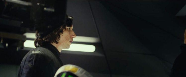 In dit shot krijgen we een goed zicht op het litteken van Kylo Ren.. Hoewel het wel wat verder naar zijn neus verplaatst is lijkt het in ieder geval nog wel ver naar beneden door te lopen. In The Force Awakens liep de wond van zijn voorhoofd naar zijn schouder, dat lijkt nog steeds het geval te zijn.