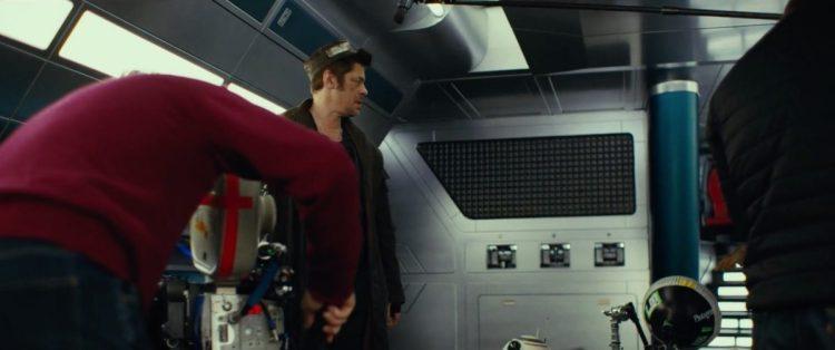 De eerste beelden van Benicio Del Toro! We zien het naamloze personage hier in een scene met BB-8.