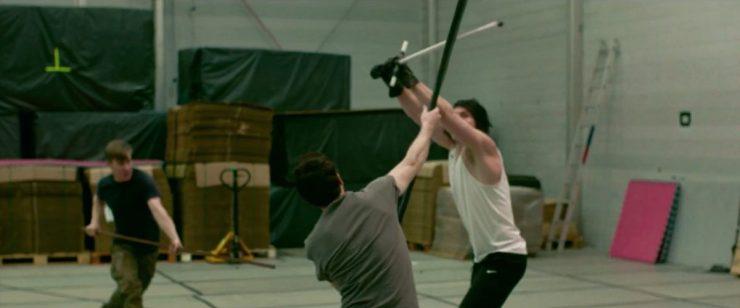 Adam Driver is hier aan het trainen met twee stuntmannen,. De vraag is alleen wat ze hier aan het oefenen zijn. De twee stuntmannen vechten met stokken die tegen een lightsaber opgewassen zijn.