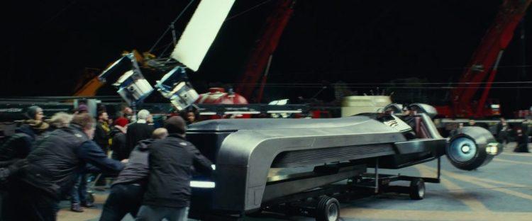 Hier zien we wat lijkt op General Hux in een speeder. De speeder staat op een simpel onderstel met wielen en wordt door een aantal crewleden aan de voorkant opgevangen om tot stilstand te komen.