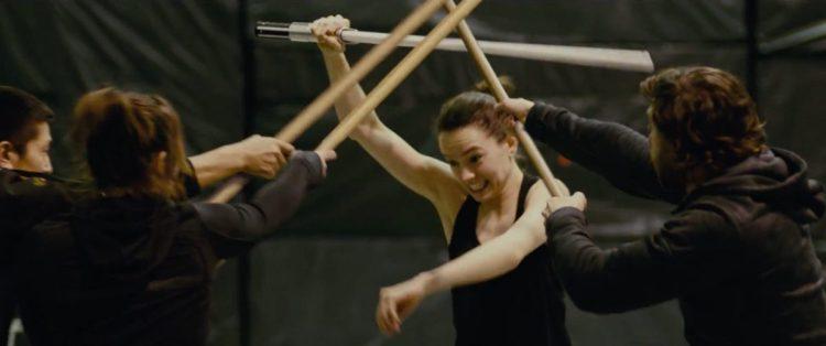 Een lightsaber trainingsessies van Daisy Ridley. Ze wordt hier door drie stuntmensen tegelijk aangevallen, ook weer met wapens die tegen een lightsaber bestand lijken te zijn.