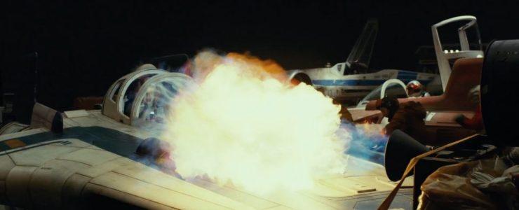 Deze A-wing piloot heeft het wat moeilijk en zal deze explosie waarschijnlijk niet overleven.