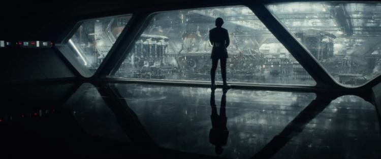 We beginnen met een shot van Kylo voor het raam van een First Order hangar, gevuld met walkers en kleine schepen.