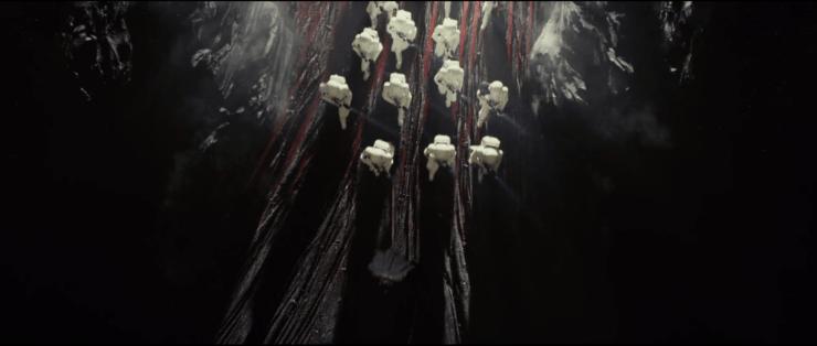 hier loopt Kylo op Crait een grot binnen, of wellicht een kleinere ingang van de Resistance basis, gevolgd door een groep Stormtroopers.