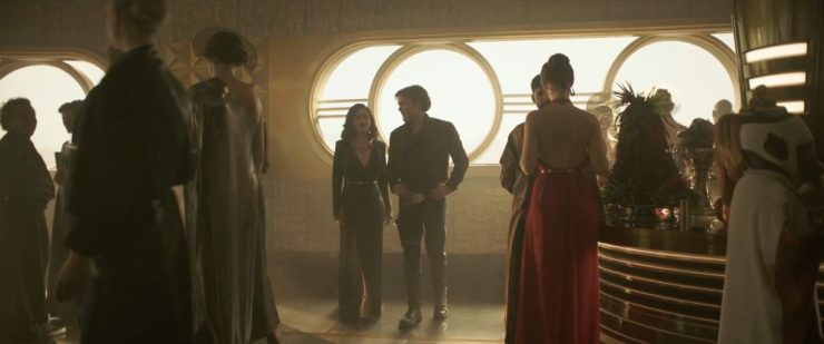 Dit shot lijkt op een eerste ontmoeting tussen Han en Qi'Ra nadat de twee elkaar lange tijd niet gezien hebben.