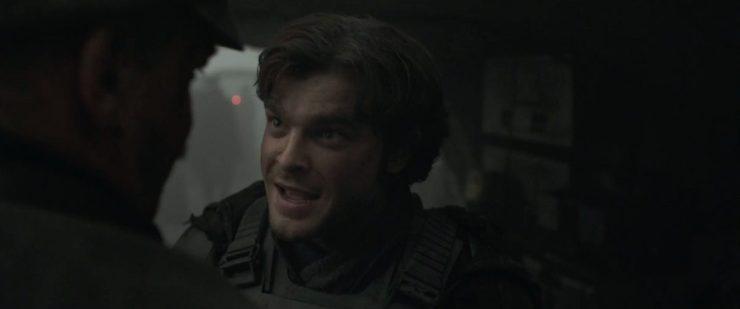 Gedurende deze shots horen we Han een Imperial officer vertellen dat hij een coureur en piloot is.
