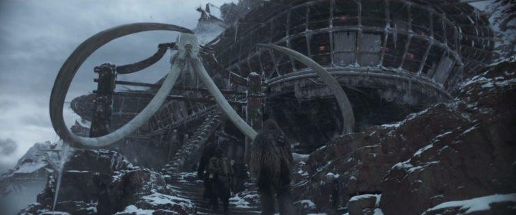 Dan nemen we even een stapje terug naar Han, Qi'Ra en Chewie die het imposant uitziend gebouw betreden waarin zich de kamer met de Sabacc wedstrijd bevindt.