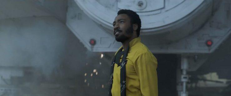 Lando neemt voor de Falcon iemand onder vuur, maar dat doet hij uiteraard wel met stijl.