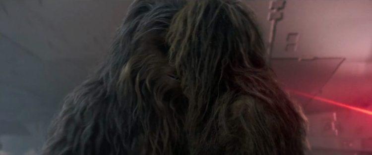 Ook voor de Falcon tijdens een vuurgevecht zien we Chewie een andere Wookiee omhelzen en knuffelen. Is dit een vriend(in), familie of Chewies partner? En waar is Chewies Bandolier gebleven?