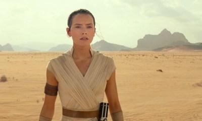 """We beginnen met het Lucasfilm logo en horen op de achtergrond Rey buiten adem heigen. Vervolgens zien we Rey in een woestijn op adem komen en horen we de stem van Luke Skywalker zeggen dat """"ze"""" alle kennis die ze hadden doorgegeven hebben. Rey draagt een nieuwe, witte, outfit met een capuchon. Deze kleding heeft ontzettend veel weg van haar eerdere outfits, blijkbaar is ze erg content met haar eigen stijl."""