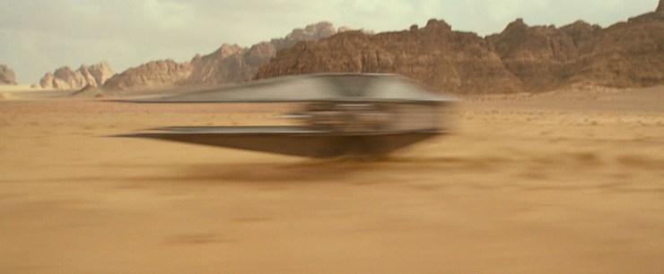 We zien de camera over de woestijnvlakte van Jordanië draaien. Of Jordanië hier de plaats van Tatooine inneemt of een andere zanderige planeet is nog de vraag, maar het heeft zeker heel veel weg van de planeet waar het allemaal begon. Als we het landschap een beetje tot ons genomen hebben stormt de bron van het geluid voorbij, iets wat van de zijkant erg veel lijkt op de TIE Silencer van Kylo Ren!
