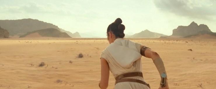 Rey is klaar voor de start en zet het op een lopen, weg van de TIE.