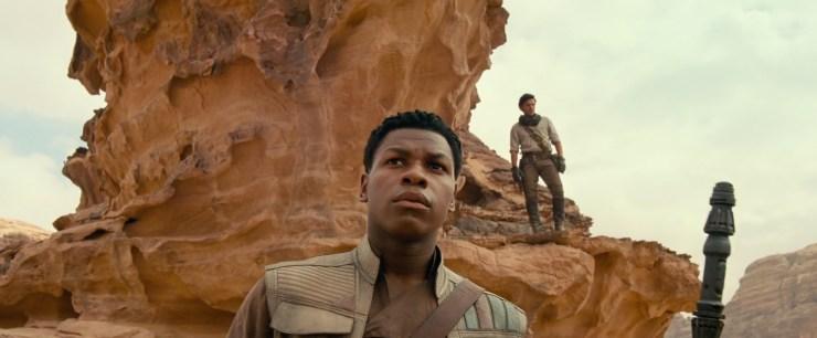 Dan krijgen we het eerste shot van Finn en Poe in hun nieuwe kostuums. Ze lijken op dezelfde planeet te zijn als waar Rey haar acrobatische kunsten met de TIE vertoont. Opvallend is dat Finn Rey's staff vast heeft. Leert hij er mee vechten, of houd hij hem enkel vast terwijl Rey met TIE fighters speelt?