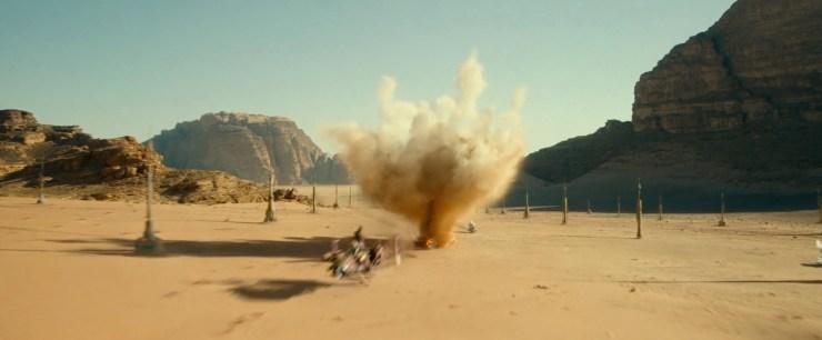 Dan weer terug naar actie, we zien een speeder over de woestijnplaneet vliegen terwijl deze beschoten wordt door Stormtroopers op Speederbikes. De speeder vliegt door een veld met pilaren, zijn het moisture vaporators zoals we die al zo vaak gezien hebben? Het lijken er wat veel om vaporators te zijn, maar wie weet.