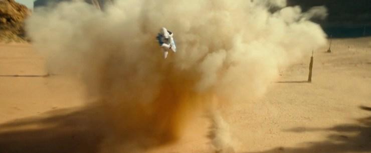 De speeder wordt niet alleen door troopers op speederbikes achtervolgd, uit de explosie duiken ook twee First Order Stormtroopers met Jetpacks op!