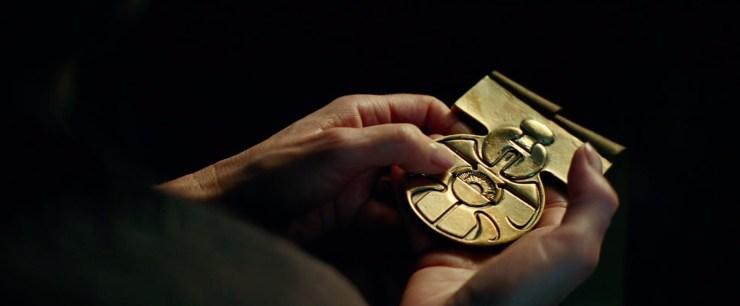 Dit is een van de medailles die na de Battle of Yavin aan Han en Luke werden uitgereikt. Al kregen anderen off screen dezelfde medaille ook uitgereikt. Van wie zou deze medaille zijn? De handen die hem vast hebben lijken in ieder geval van General Leia te zijn.