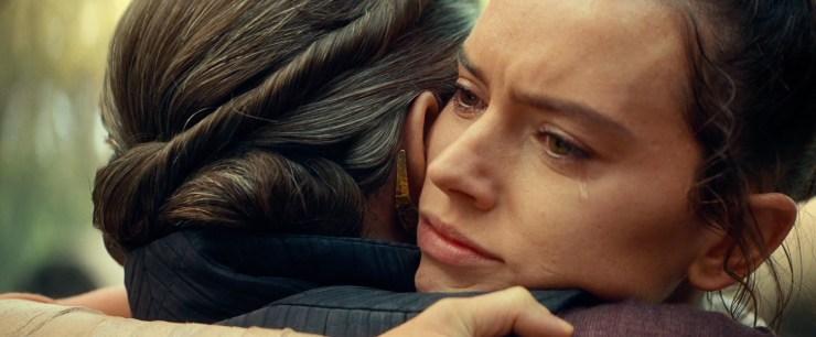 """Ik had hier ook een vuiltje in mijn oog, Rey. Niets bijzonders :'( Gedurende deze omhelzing horen we Luke zeggen dat """"ze"""" altijd bij haar/Rey zullen zijn."""