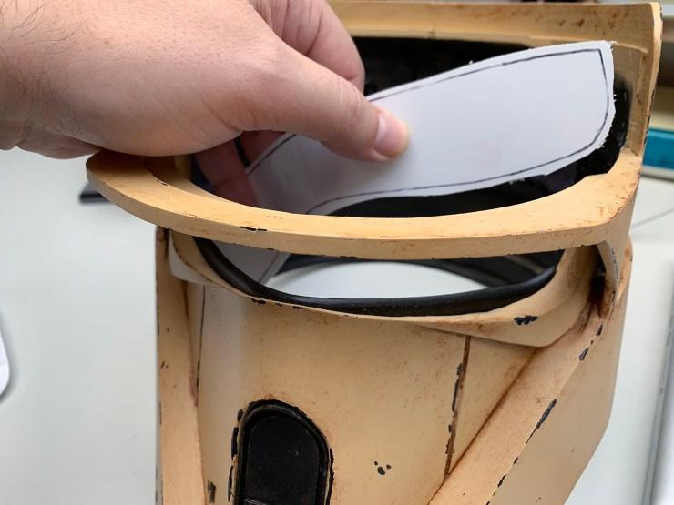 Door een velletje papier aan de binnenkant tegen de opening te duwen en deze van buitenaf langs de rand af te tekenen is makkelijk te zien welke vorm het plastic moet krijgen. Door rondom de aftekening wat extra ruimte te laten kan het plastic ook makkelijk met epoxy bevestigd worden zonder dat de epoxy door het plastic zichtbaar is.