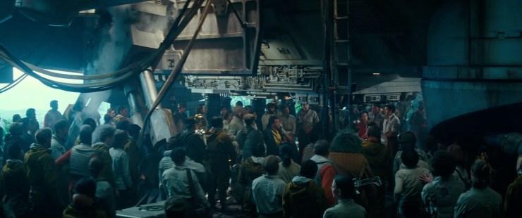 Dan een grote verzameling mensen in een hangar terwijl Poe in voice over zegt dat ze niet alleen zijn. Alleen zijn ze hier zeker niet, we zien in het midden dat Poe de groep toespreekt die onder anderen bestaat uit Finn, C-3PO, Chewbacca en Lando.