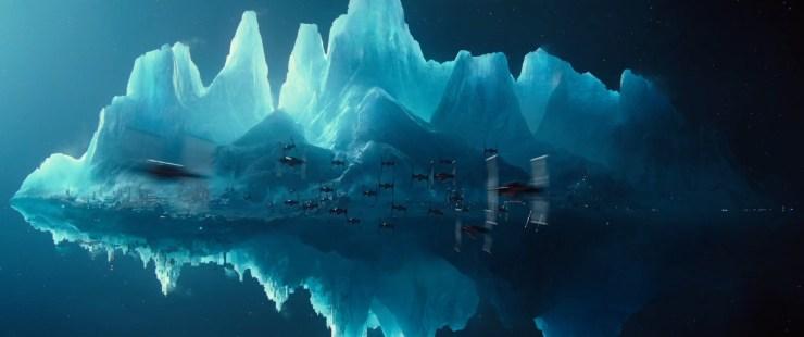 Dan zien we twee dozijn TIE fighters afvliegen op wat lijkt op een grote ijsberg die door de ruimte zweeft, maar die vol staat met gebouwen.