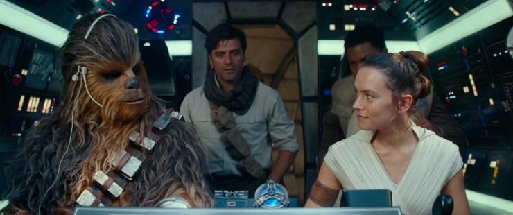 Dan een mooi shot van Rey en Chewie achter de knoppen van de Millennium Falcon terwijl Poe, Finn en C-3PO de cockpit binnen komen lopen en gaan zitten. Het is mooi om te zien dat Rey en Chewie zich er op hun gemak lijken te voelen.