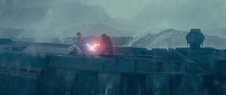 Dan schakelen we terug naar Rey en een doorweekte Kylo op de brokstukken van de Death Star