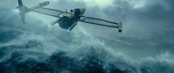 Dan zien we Rey op een krakkemikkige speeder over de golven surfen terwijl de voice over van Palpatine zegt dat hun samen komen hun einde zal zijn.