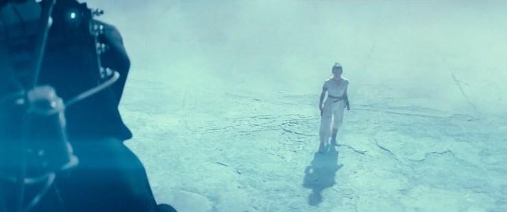 Hier zien we Rey wat ongemakkelijk omhoog kijken naar een verschijning die verdacht veel lijkt op Emperor Palpatine.