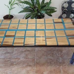 שולחן עץ אגוז אמריקאי בשילובים מרבועים ואפוקסי טורקיז