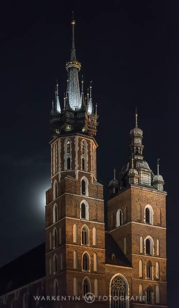 Die Bildqualität wird bei Nacht optimal durch Verwendung eines Statives, wie hier bei der St.-Marie Basilika in Krakau. (Foto: www.warkentin-fotografie.de, Kartl H. Warkentin)