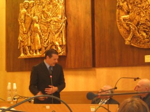 Paolo Campo nella sala consiliare del Comune di Manfredonia (immagine d'archivio)