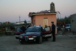 Carabinieri fuori casolare (immagine d'archivio)