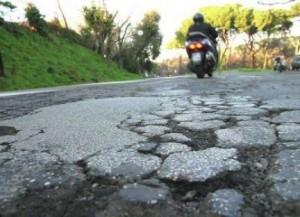 Buche strada (image static.blogo.it)