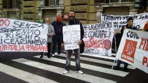 I lavoratori della Tributi Italia, in protesta davanti al Ministero delle Finanze a Roma