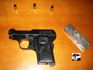 L'arma sequestrata a Mola di Bari